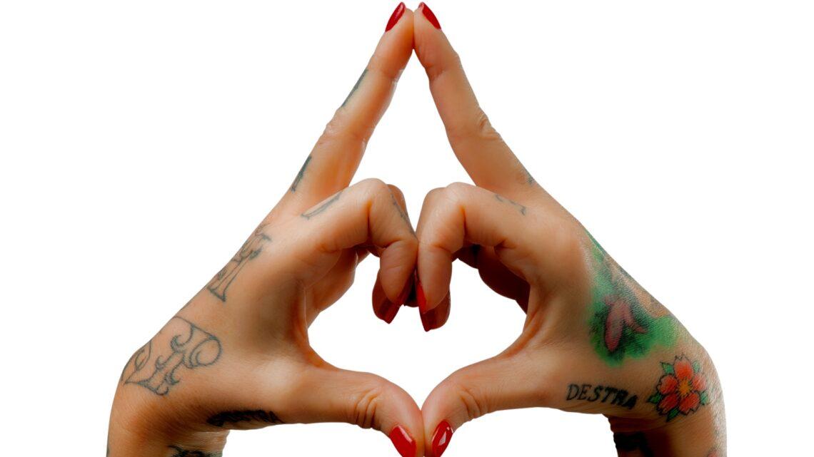 Pronto soccorso mudra: saggezza yoga sotto i tatuaggi con i consigli de La Pina di Radio Deejay